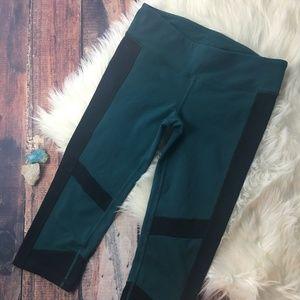 ALO YOGA Black/Forest Green Capri Yoga Pants S